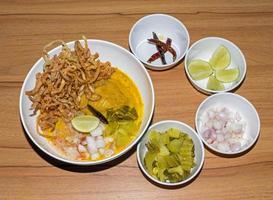 pasta all'uovo in pollo al curry, cibo tailandese, kao soi kai foto