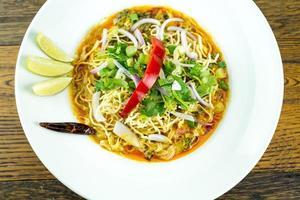 zuppa di noodles al curry foto