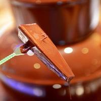 fontana di cioccolato con frutta foto