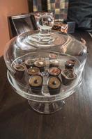cioccolatini in un lussuoso piatto di vetro foto