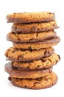 biscotti al cioccolato con metà ricoperti di cioccolato. foto