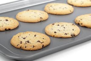 biscotti con gocce di cioccolato sulla teglia foto