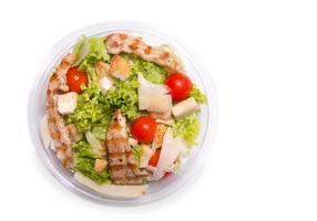 insalata caesar con carne di pollo alla griglia, vista dall'alto