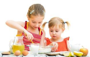 sorelle che cucinano foto