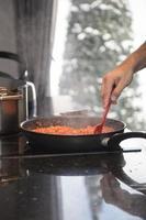 cottura della salsa bolognese foto