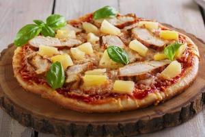 pizza con pollo al formaggio e ananas a bordo