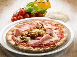 pizza con prosciutto e funghi foto
