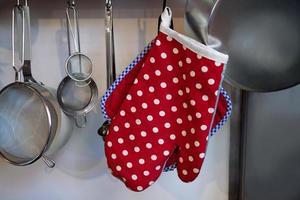 guanto da forno rosso foto