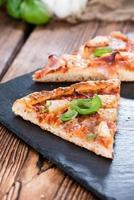 pizza hawaiana fresca fatta (fette) foto