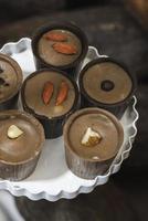 Bonbon al cioccolato nel piatto foto