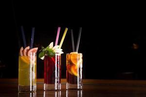 cocktail con bombe ciliegia, cacciavite e cuba libre in un bicchiere alto foto