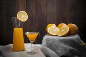 natura morta con succo d'arancia fresco