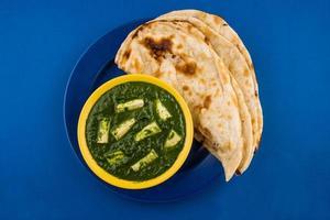 spinaci di cibo indiano o paneer di palak con roti, focaccia, paratha