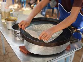produzione di roti, cibo del sud asia foto