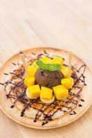 gelato al cioccolato su roti di mango. foto