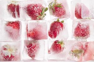 cubetti di ghiaccio con fragole