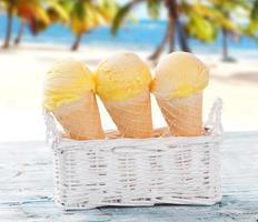 palline di gelato sulla spiaggia di sabbia.