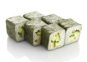 Maki sushi con cetriolo e sesamo isolato su sfondo bianco