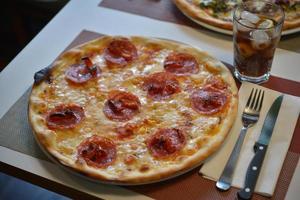 pizze servite sul tavolo foto