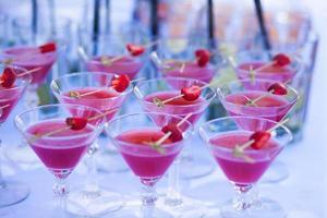linea di diversi cocktail alcolici in occasione di una festa notturna all'aperto foto