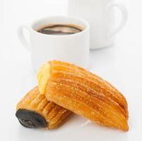 colazione al caffè con hotcakes ripieni su sfondo bianco