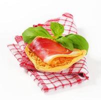 fetta di prosciutto sul pane croccante foto