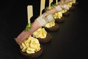 prosciutto antipasto su crema di formaggio foto