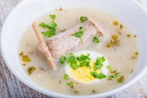 borscht con uova e salsiccia bianca. (zuppa di pasqua polacca) foto