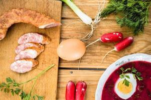 Borscht natalizio a base di barbabietole con uovo sodo. foto