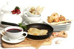 pierogi fatti in casa (ravioli) e borscht rosso chiaro foto