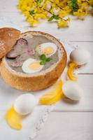 minestra polacca di pasqua con l'uovo e la salsiccia foto