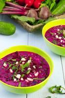 zuppa di barbabietole fresche servita fredda con panna foto