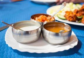 tre ciotole con salse indiane per condimenti per insalata