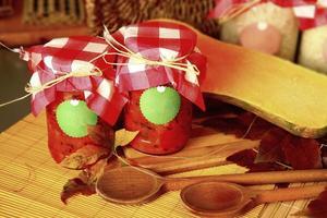 salsa di pomodoro in scatola in barattoli. foto