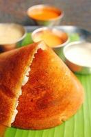 popolare colazione indiana del sud masala dosa e chutney su bianco foto