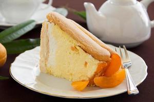 """torta estiva alla frutta """"charlotte"""" con albicocche."""