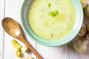 broccoli con zuppa di crema di funghi sul tavolo di legno foto
