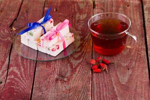 caramelle di tè e frutta su un tavolo foto