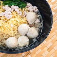 mangiare spaghetti istantanei con carne di maiale tritata e palla di maiale foto