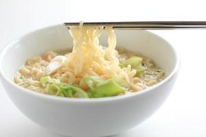 cibo coreano, zuppa di manzo ramen noodles foto