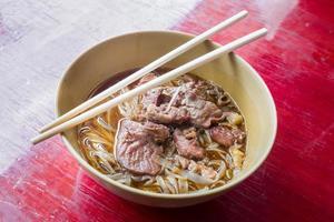 tagliatella asiatica con carne di maiale in umido nella ciotola