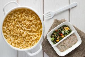 spaghetti istantanei in un piatto bianco foto