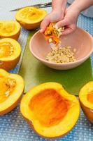 cuocere estraendo i semi da una zucca foto