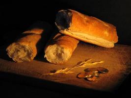 pan en fondo negro y monedas foto