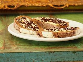 colazione con fetta di pane con burro e granelli di cioccolato foto