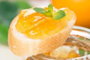 pezzo di baguette con marmellata di arance, primo piano