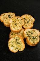 fine del pane alle erbe e dell'aglio in su. foto