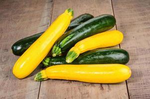 zucchine e zucca gialla sul tavolo foto