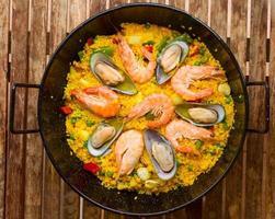 Paella di pesce - piatto spagnolo tradizionale foto