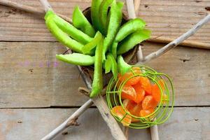 mandarino in cestino verde foto